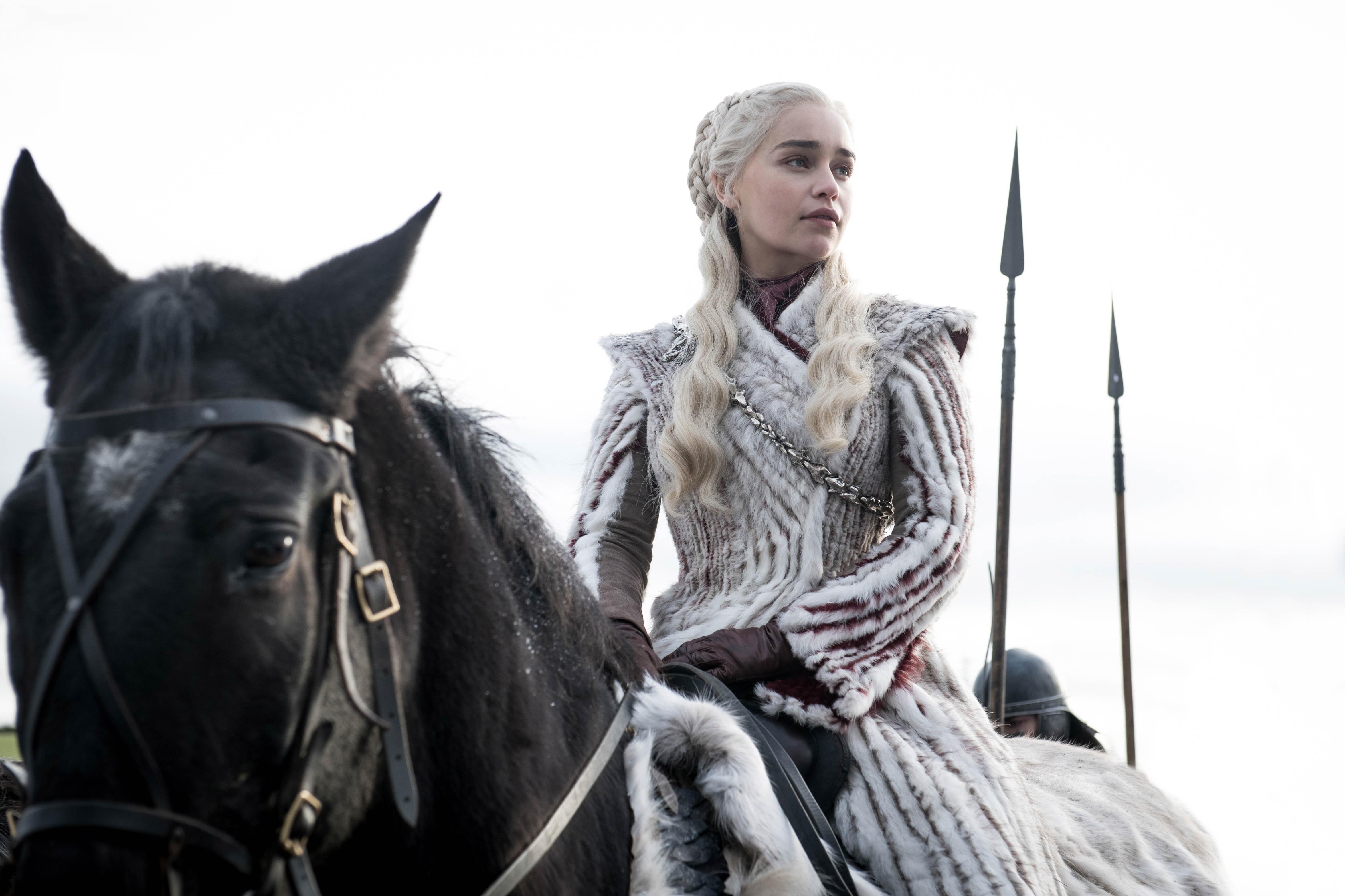 daenerys-targaryen-white-fur-coat-game-of-thrones