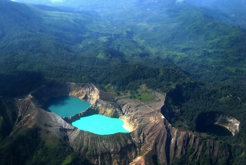 Kelimutu.Crater.Lakes.640.1612